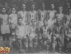 محمدرضا، کاپیتان تیم فوتبال مدرسه توپ را در دست دارد.(فردوست نفر نخست سمت چپ)